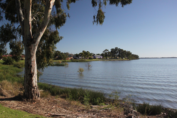 What Is Australia S Largest Natural Lake